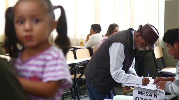 Un hombre de la tercera edad se registra en la mesa de sufragio para ejercer su derecho al voto en un colegio del distrito de La Perla, Callao. (EFE/Eduardo Cavero)