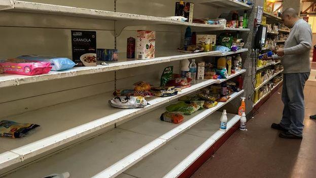 En las redes sociales se divulgaron este lunes imágenes de anaqueles vacíos de supermercados de varias regiones del país, un fenómeno paralelo a la bajada de precios ordenada por el Gobierno. (EFE)