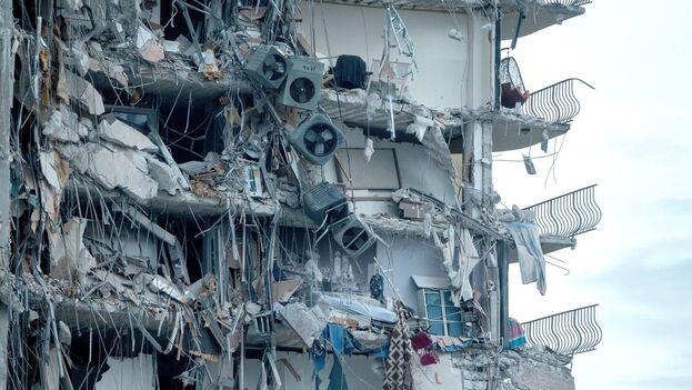 El edificio de 12 plantas, de 40 años de antigüedad, se vino abajo durante la madrugada. (EFE/Cristóbal Herrera-Ulashkevich)