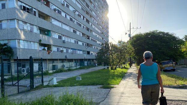 El edificio aislado está ubicado en el barrio habanero de Nuevo Vedado. (14ymedio)
