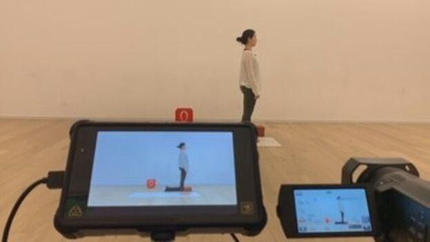 Una cámara operada por una compañera graba los ejercicios que se emitirán a través de la aplicación móvil All Yoga. (EFE)