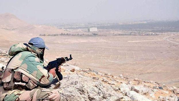 Un miembro del ejército sirio durante la batalla por recuperar Palmira. (EFE)