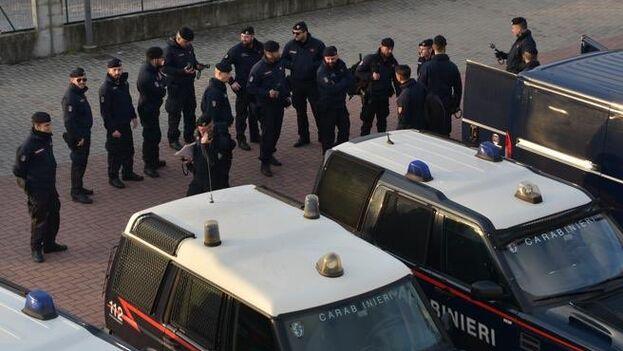 La policía y el ejército italianos apoyan en la cuarentena impuesta en la zona de Bérgamo. (Twitter)