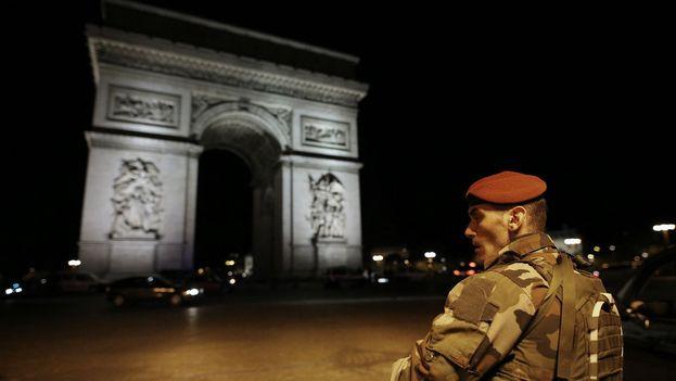 El ataque se produjo este jueves, tres días antes de las elecciones, en torno a las 9 de la noche en los Campos Elíseos de París. (@BFMTV)