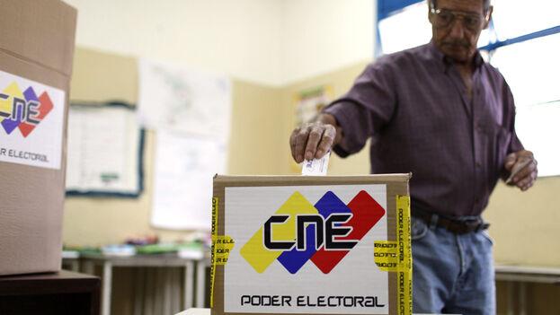 """""""En las últimas dos décadas, muchas veces con el motor de procesos electorales, los latinoamericanos hemos elegido como gobernantes a delincuentes"""", asegura el autor. (EFE)"""