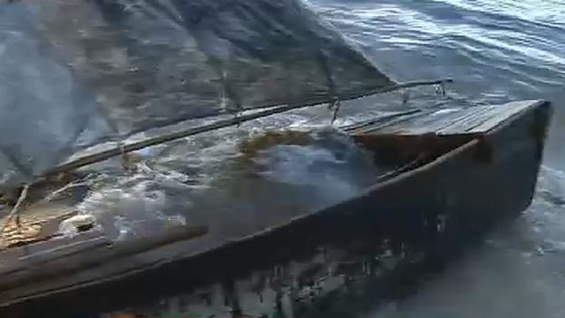 La precaria embarcación de los cubanos en una playa de Hallandale Beach. (Fotograma de Canal 7)