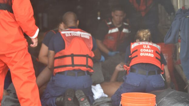 La embarcación volcó con 22 personas a bordo, aproximadamente a las 8 pm de este lunes. (USCG)