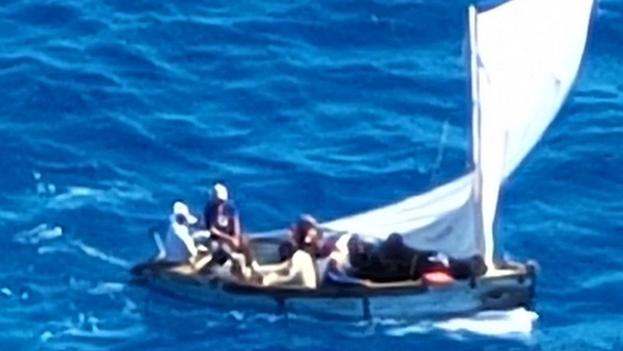 La embarcación que transportaba a los migrantes tenía un mástil roto. (Twitter)