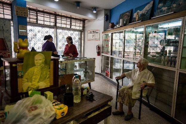 """Una empleada de la farmacia """"San Vicente"""", atiende a los clientes. (EFE)"""