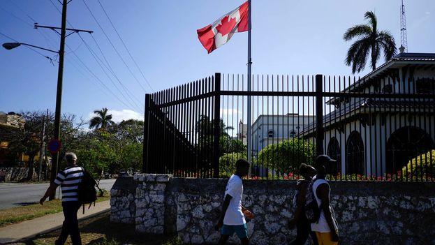 Una docena de empleados de la embajada y sus familiares, incluidos ocho adultos y cuatro niños, sufrieron presuntamente daños cerebrales. (EFE/Archivo)
