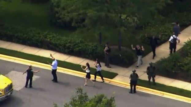 Los empleados del periódico 'Capital Gazette' son evacuados por la policía. (Captura de pantalla)