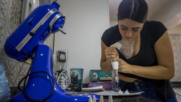 La empresa de Santana aún no tiene una sede propia. Esta joven repostera trabaja en la cocina de la casa de sus padres. (EFE)