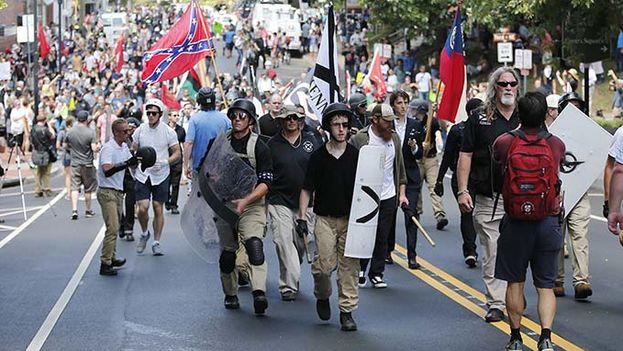 La polémica marcha de blancos supremacistas provocó violentos enfrentamientos en Charlottesville, Virginia, Estados Unidos. (EFE)