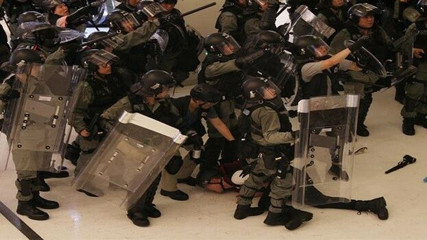 Los enfrentamientos entre entre agentes y jóvenes en Hong Kong se produjeron dentro de un conocido centro comercial. (EFE)