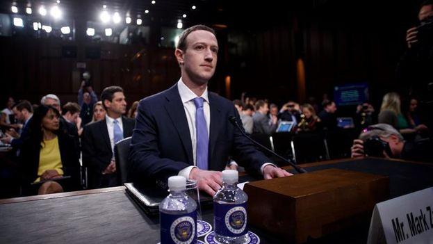 """""""Nos enfrentamos a una serie de cuestiones importantes en torno a la privacidad, la seguridad y la democracia. Y con razón ustedes tendrán algunas preguntas difíciles que hacerme"""", dijo Zuckerberg. (EFE)"""