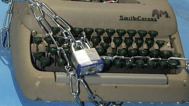 Una vieja máquina de escribir encadenada como representación del atentado contra la libertad de prensa. (EFE)