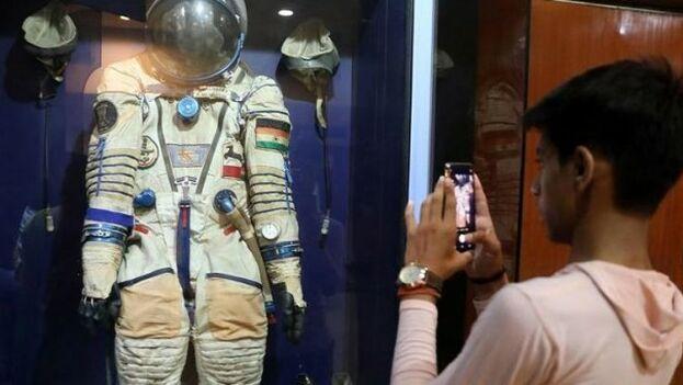 Un traje espacial expuesto en Nueva Deli. (EFE)
