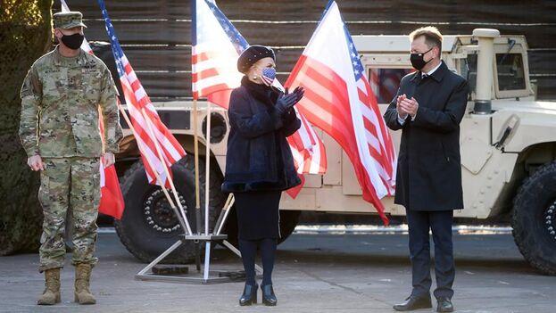 El general Terrence J. McKenrick, la embajadora estadounidense en Varsovia, Georgette Mosbacher, y el ministro polaco de Defensa, Mariusz Blaszczak, en la inauguración de la nueva base estadounidense en Poznan, Polonia. (EFE/EPA/Jakub Kaczmarczyk)