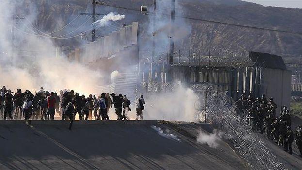 La policía estadounidense lanzó gases lacrimógenos a los migrantes que se precipitaron para traspasar la frontera. (EFE/David Guzmán)
