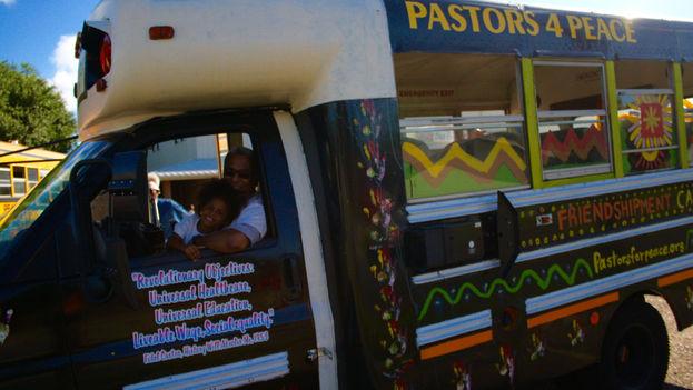 Los 29 estadounidenses, nueve mexicanos, dos alemanes y el ciudadano sueco que integran esta edición de Pastores por la paz llegaron ayer a La Habana. (Pastores por la paz)