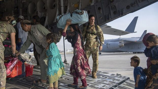 Este martes cerca de un centenar de aviones estadounidenses y de otros países de la coalición internacional que combatió en la guerra de Afganistán despegaron de Kabul con un total de 19.000 personas. (EFE)