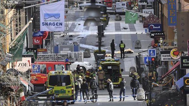 Miembros de las policía evacuan la zona del atentado en el centro de Estocolmo tras el atentado de este viernes. (EFE)