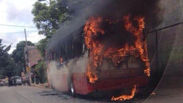 La quema de vehículos también forma parte de la estrategia de terror de las pandillas salvadoreñas contra los conductores de transporte público