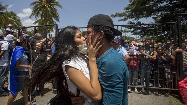 Dos estudiantes se besan luego de salir del resguardo en la parroquia Divina Misericordia este sábado 14 de julio de 2018, en Managua (EFE)