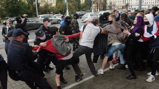 A menos once estudiantes fueron detenidos este martes en una marcha estudiantil en el centro de Minsk. (EFE/EPA/Stringer)