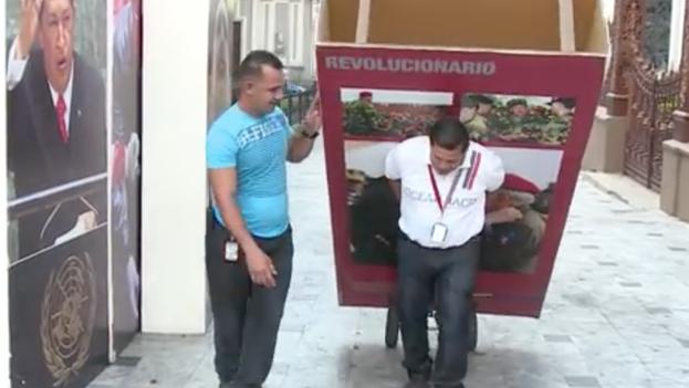 Las imágenes del ex-presidente Hugo Chavez siendo removidas del Parlamento. (Youtube)
