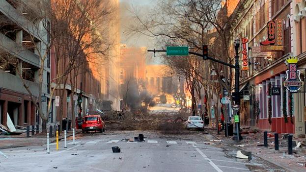 La explosión dejó tres heridos leves y decenas de establecimientos dañados. (EFE)