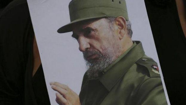 Una mujer sostiene una imagen del fallecido expresidente, Fidel Castro. (EFE)