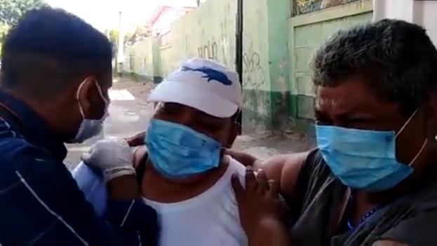 Los familiares de Uriel Pérez tras recibir la noticia de su hospitalización grave por covid-19.