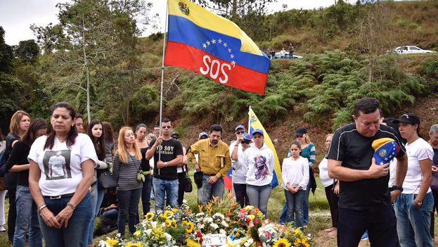 Tras el entierro, familiares y amigos pudieron entrar al cementerio a visitar la tumba de Pérez. (@LilianTintori)