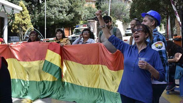 Un grupo de personas favorables al nuevo gobierno de Bolivia protestaba este lunes en la entrada al barrio donde se encuentra la embajada de México en La Paz. (EFE)