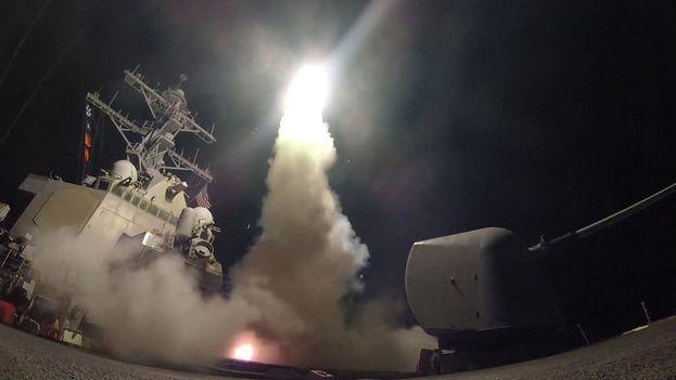 Las fuerzas militares estadounidenses lanzaron un total de 59 misiles de crucero desde dos de sus buques militares ubicadas en el Mediterráneo para diezmar la capacidad de las fuerzas aéreas sirias