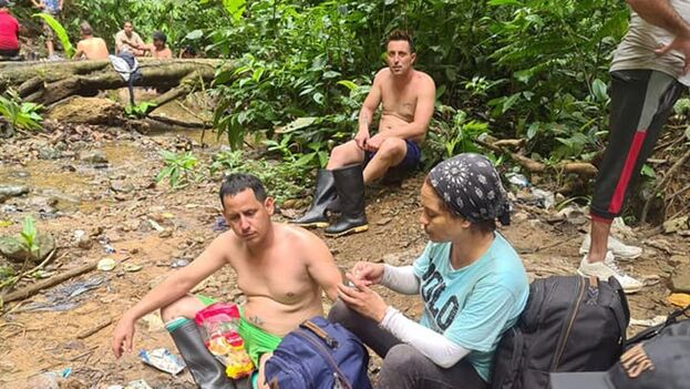 Un grupo de cubanos durante su travesía por la selva del Darién en 2020. (Facebook)
