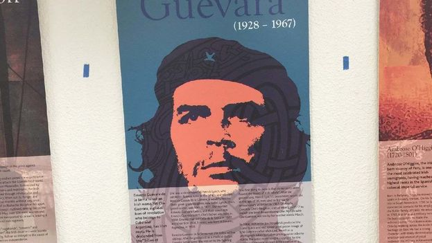 Un poster con la imagen del guerrillero argentino se exhibió durante algunas horas por error en una de las principales terminales del aeropuerto de Miami. (Cortesía)