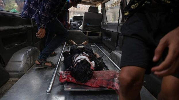 Un joven de 18 años herido en la represión de las protestas este sábado en Birmania. (EFE/EPA/Stringer)