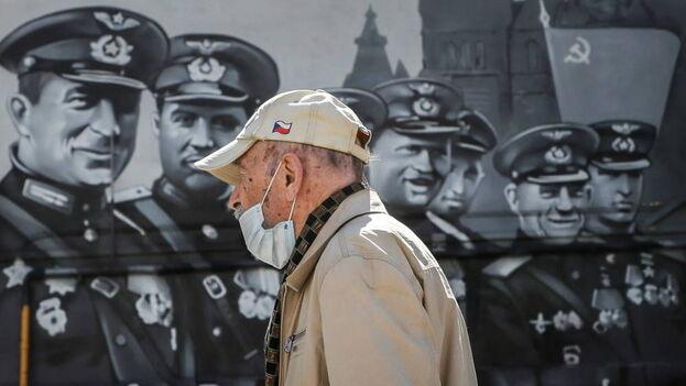 Un hombre pasea con una mascarilla en Moscú. (EFE)
