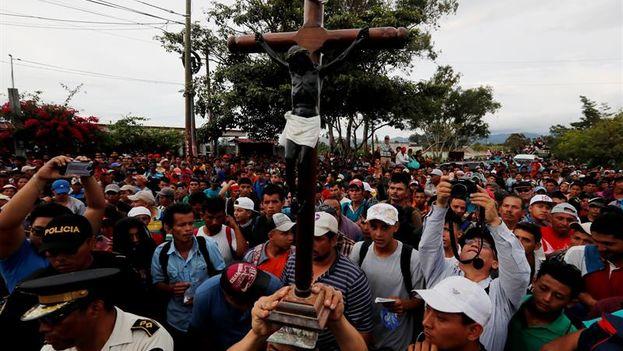 Los migrantes hondureños fueron bloqueados por policías a pocos kilómetros de Esquipulas, Guatemala. (EFE/Esteban Biba)