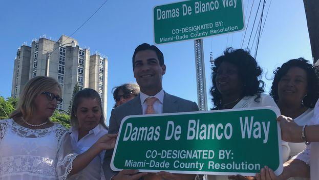 La placa identifica a la calle 9 a la altura de la 30 avenida como Damas de Blanco Way.