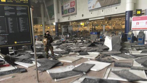 Los viajeros han llenado las redes sociales de imágenes del aeropuerto tras los primeros minutos desde las explosiones. (@wardmarkey)