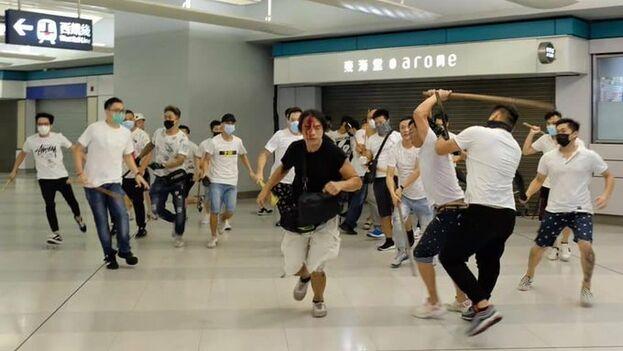 Las imágenes del ataque que circulan hoy en las redes sociales han conmocionado a los hongkoneses.