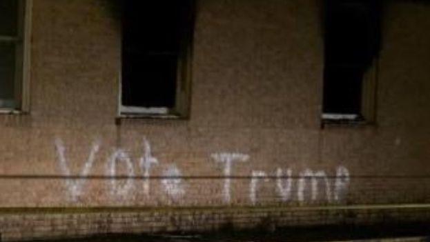 La pintada en la fachada de la iglesia incendiada es considerado un crimen de odio, por lo que el FBI colabora en la investigación. (Twitter)