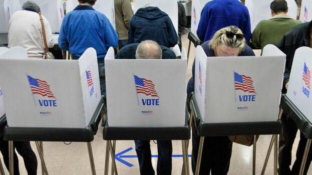 Los votantes mayores se han inclinado habitualmente por los republicanos, aunque los sondeos indican un cambio de tendencia. (EFE)
