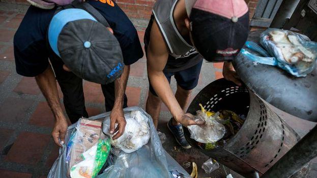 Cada vez hay un mayor número de infantes que recogen comida de los basureros o piden limosnas en las calles de Venezuela. (EFE)