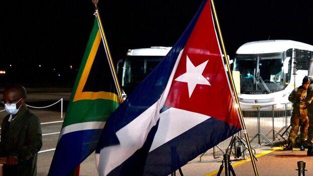 Llegada de los ingenieros cubanos a Sudáfrica el pasado mes de abril. (The South African)
