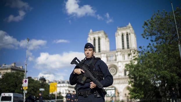 Un policía monta guardia en las inmediaciones de la catedral de Notre Dame de París después de que un agente disparase a un hombre que había intentado agredirle frente al edificio. (EFE)
