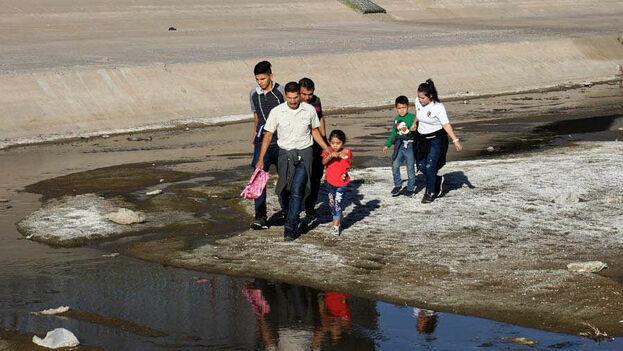 La nueva norma podría reducir la cantidad de inmigrantes legales a los que se les permite ingresar y residir legalmente en EE UU. (EFE)